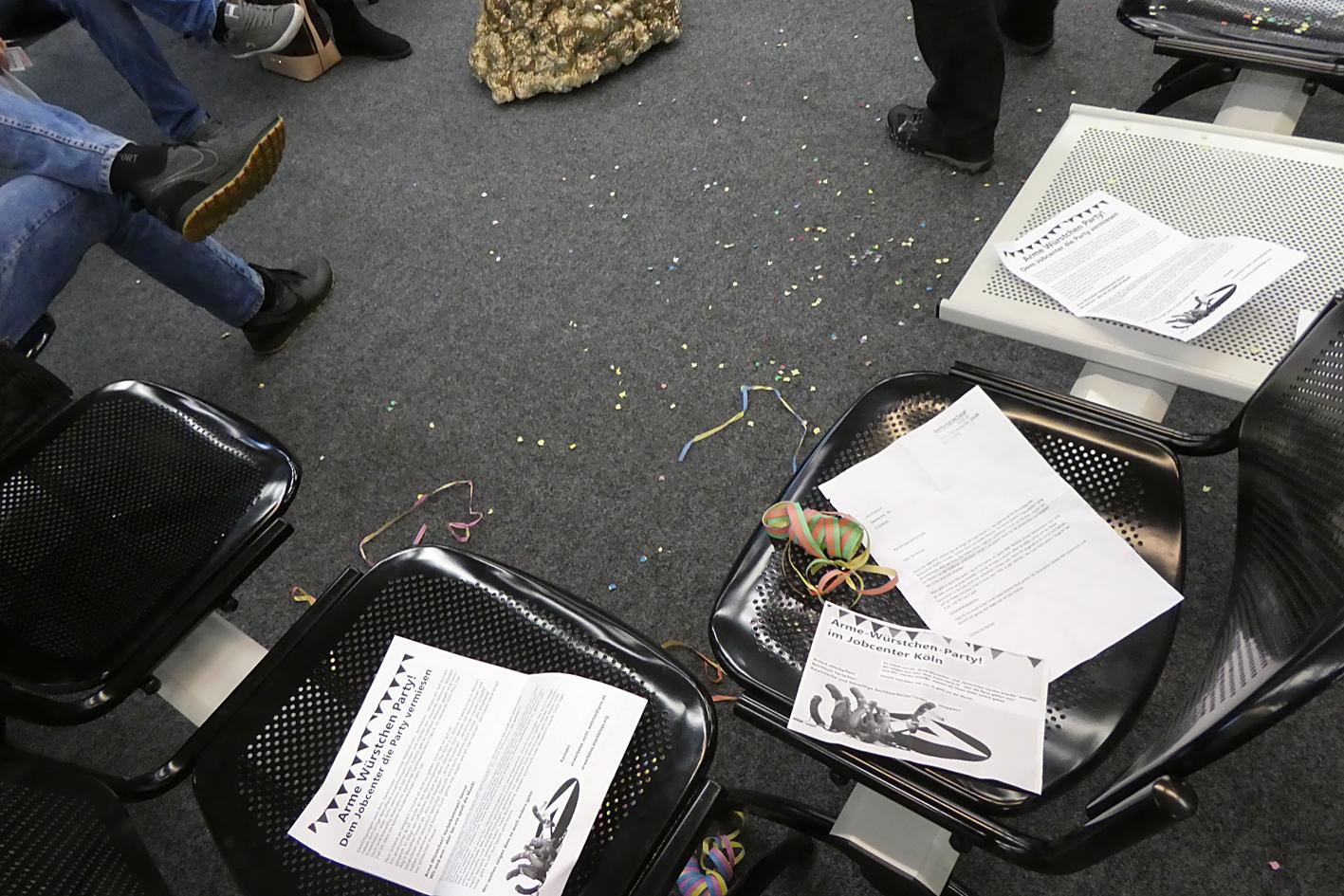Konfetti und Flyer auf den Sitzen im Wartebereich
